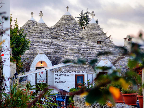 Ngoài các ngôi nhà cổ độc đáo, nơi đây còn có rất nhiều cửa hàng, nhà hàng và quán bar xinh đẹp để du khách có thể thư giãn. Ảnh: NIKOZAR (Nicola Zaratta)