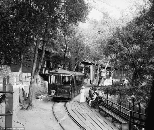 Bắt đầu từ trạm Altadena (một điểm giao nhau của các đường sắt leo núi) toa tàu đi tới đỉnh Lowe và núi Echo. Tại đây có khách sạn Echo Mountain House là một địa chỉ du lịch từng được rất nhiều người yêu thích.