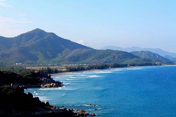 Biển Bình Tiên được bao bọc ba phía là rừng cây và núi đá nên mặt biển khá yên ả. Ảnh: Phước Bình.