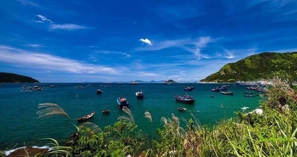 Nơi đây quyến rũ du khách nhờ khung cảnh thiên nhiên kỳ thú với núi, đảo, biển, bãi cát trắng mịn… Ảnh: Huynh Ba Long.