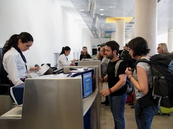 2. Không kiểm tra lại giá sau khi mua: Đây là một lỗi phổ biến của nhiều người khi đặt vé máy bay và khách sạn rồi không kiểm tra lại. Nhiều hãng hàng không cho phép khách hàng hủy đặt vé trong vòng 24 giờ đồng hồ. Điều này có nghĩa là bạn có thể đặt lại chuyến bay nếu vé giảm giá trong khoảng thời gian cho phép và sẽ tiết kiệm được kha khá tiền. Ảnh: Pablo Blazquez Dominguez/Getty.