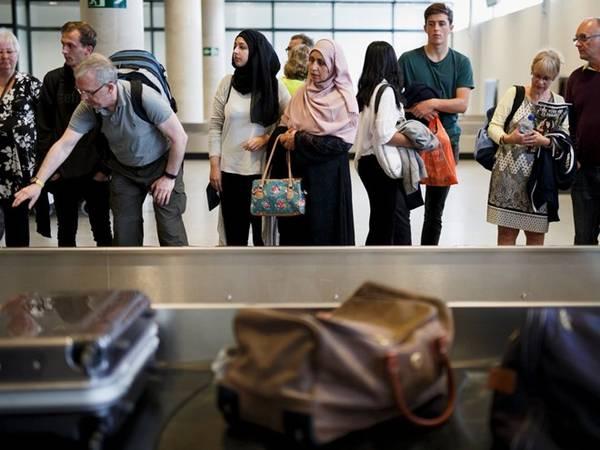 7-3. Hành lý quá cân: Rất nhiều du khách gặp phải vấn đề này. Tuy nhiên, trong thời đại giá hành lý ký gửi leo thang như hiện nay, đây là một sự cố gây tốn kém. Mọi việc sẽ rất nhẹ nhàng nếu bạn đi du lịch mà không có hành lý ký gửi. Chọn một chiếc túi phù hợp, hoặc biết xếp đồ đúng cách, hay biết cách chọn mang những thứ thực sự cần thiết, bạn chỉ cần một kiện hàng xách tay cũng đủ cho chuyến đi. Ảnh: Pablo Blazquez Dominguez/Getty.
