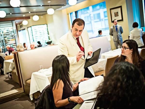 5. Ăn hàng: Ăn ở ngoài vừa đắt đỏ, lại không tốt cho sức khỏe. Khi các dịch vụ thuê nhà trở nên phổ biến, sẽ rất thuận tiện cho du khách khi có bếp riêng để tự nấu. Đây cũng là cách tiết kiệm tiền bạc rất hữu hiệu. Ngoài ra, bạn cũng có thể tìm những nhà hàng có giá khuyến mại ở gần nơi ở. Ảnh: Washington Post/Getty.