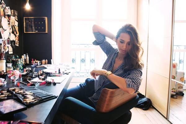 Đầu tư thông minh vào thời trang: Phụ nữ Pháp thường có phong cách đơn giản và hiện đại, với các món đồ màu trơn hoặc có họa tiết cơ bản (như họa tiết sọc) hợp với gần như mọi dáng người. Họ đầu tư vào những trang phục có thể mặc được nhiều năm, thay vì chạy theo mốt và chất đầy tủ các món không thể mặc được vào năm sau. Họ cũng thích đi giày bệt hơn giày cao gót, tốt hơn cho chân về lâu dài. Ảnh: Vogue.