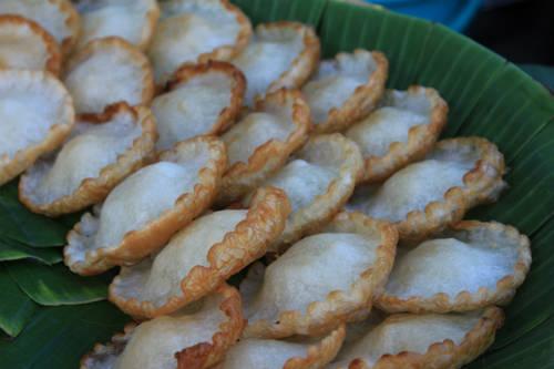 Mỗi cái bánh chỉ 5.000 đồng, được bán ở vỉa hè đường Nam Kỳ Khởi Nghĩa, Cao Thắng… Ảnh: Ngoisao