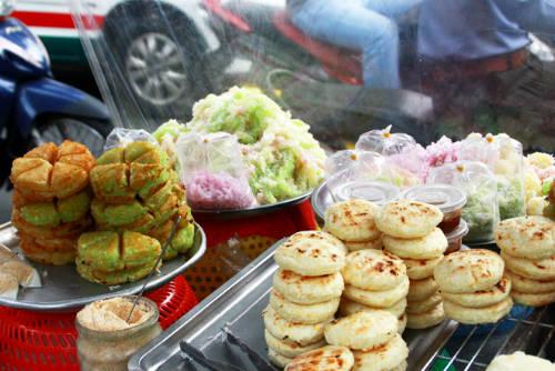 Bánh khoai mì thường được bán trên xe đẩy cùng bánh tằm, cốm dẹp… Ảnh: Đức Thành
