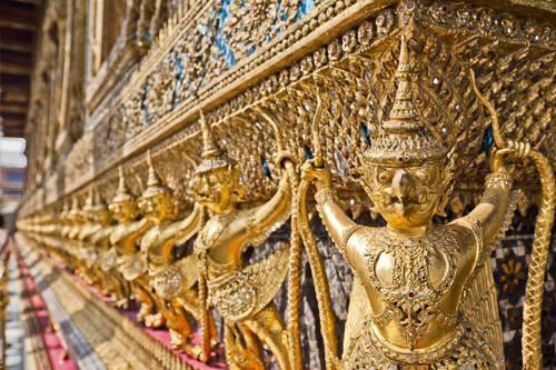 Chùa Wat Phra Kaew: Công trình này có tên gọi khác là chùa Phật Ngọc, một trong những đền chùa quan trọng nhất từ thời Rattanakosin và cũng là bảo vật của người Thái Lan. Đây sẽ là điểm dừng đầu tiên cho bạn trên hành trình đi dọc sông Chaopraya. Chùa Phật Ngọc thu hút nhiều du khách trong và ngoài nước tới chiêm ngưỡng sự kỳ công trong từng đường nét chạm trổ hay các bức tranh trang trí. Chùa được xây vào khoảng 600 năm trước.