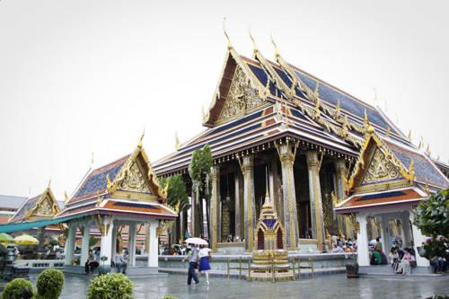 Cung điện Grand Palace: Grand Palace là cung điện Hoàng gia, điểm tiếp theo sau chùa Phật Ngọc. Chỉ riêng các sảnh lớn và một số phần trong cung điện mới được mở cửa cho du khách tham quan. Cung điện này nổi bật từ xa bởi những lớp mái cao xếp tầng được xây theo kiểu kiến trúc thời phục hưng. Đại sảnh Borom Phiman là nơi sinh hoạt của hoàng tộc, chỉ được quan sát từ bên ngoài thông qua các lan can. Một điểm khác thuộc cung điện là đại sảnh Chakri Maha Prasat để làm nơi quản lý việc kinh doanh của nhà nước. Đại sảnh này có thiết kế kết hợp của kiến trúc Thái Lan và châu Âu. Dusit Maha Prasat là khu vực có kiến trúc đẹp nhất đại diện cho thời kỳ Rattanakosin cũng là công trình hoàn toàn theo kiểu truyền thống duy nhất nằm trong cung điện.