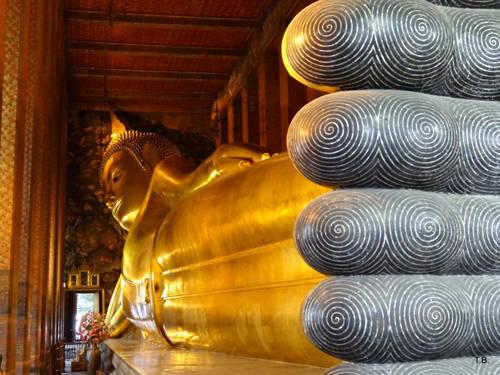 Chùa Wat Pho: Ngôi chùa này có tên gọi khác khá dài là Wat Phra Chetuphon Vimolmangklararm. Chùa nằm ở phía nam cung điện Hoàng gia và là một di sản thế giới do UNESCO công nhận. Trong chùa trưng bày bức tượng Phật nằm lớn thứ 3 thế giới. Wat Pho là nơi có rất nhiều tượng, cùng các công trình nằm bên trong với kho tàng tri thức về khoa học, lịch sử, văn học.