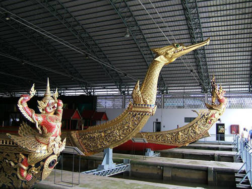Bảo tàng quốc gia Royal Barges: Thái Lan nổi tiếng về những con thuyền dài chuyên phục vụ hoàng tộc và bảo tàng quốc gia này chính là nơi để du khách tìm hiểu về chúng. Bên trong bảo tàng, du khách còn có thể chiêm ngưỡng những con thuyền dát vàng, trưng bày dưới nước, kể cả các thuyền được vua Rama IX sử dụng.