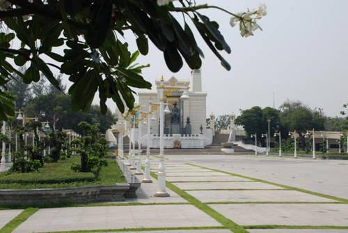 Cầu Phra Phuttha Yodfa và tượng vua Rama I: Cây cầu này từng có tên là Prathom Borom Rachanusorn, cầu tưởng niệm đầu tiên của vua, xây dựng theo phong cách cổ nằm bên bờ sông nơi nhìn được sang đền Dawn. Tới đây du khách đừng quên ghé qua tượng vua Rama I nằm ở cuối cầu. Ban đêm, cầu này trở thành một khu chợ náo nhiệt buôn bán các mặt hàng thời trang. Du khách cũng có thể dừng chân và mua tranh chân dung được ký họa ngay tại cầu.