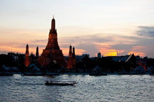 Chùa Wat Arun: Wat Arun còn có tên khác là Dawn (nghĩa là bình minh) là một ngôi chùa hoàng gia khác nằm ở bờ Thonburi thuộc sông Chaopraya. Bạn sẽ thấy ngay các tòa tháp có kiến trúc xoắn gọi là Pra Prang của chùa, chúng biểu trưng cho phong cách miền Ayutthaya. Chùa còn được trang trí bằng đồ gốm sứ Trung Quốc. Wat Arun nổi tiếng với cảnh quan và là một trong những ngôi chùa nổi tiếng bậc nhất thế giới. Từ chợ Ta Tien du khách qua sông là tới Wat Arun và Wat Pho, có thể chụp những bức ảnh hoàng hôn tuyệt đẹp.