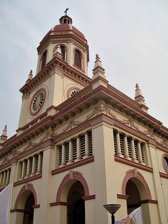 Nhà thờ Santa Cruz: Tên Santa Cruz để chỉ chiếc thập tự trên đỉnh vòm của nhà thờ. Đây là nhà thờ thiên chúa cổ do những người Bồ Đào Nha sống ở Ayutthaya dựng nên theo kiến trúc phục hưng và tân cổ điển. Bờ sông phía trước nhà thờ là một bến tàu. Du khách có thể dạo bộ thong thả và tận hưởng không gian yên bình xung quanh.