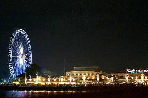 Khu bờ sông Asiatique: Nơi đây tụ họp nhiều khu vực mua bán và là địa điểm ăn chơi lớn bậc nhất châu Á. Nằm ở khu Chaoroen Krung, nó trở thành điểm hẹn hò của Bangkok với khung cảnh đẹp tạo nên từ các công trình xung quanh. Mỗi tối, Asiatique đều đông đúc du khách và người dân tới mua sắm và vui chơi, thư giãn. Góc nhìn từ đây cũng rất đẹp vì bạn có thể thấy vòng quay Asiatique sky rực sáng trong đêm.