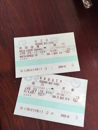 """Đây là vé nhân viên JR in ra cho hành trình từ sân bay Narita Terminal 1 đến Kyoto. Trong đó, chúng ta sẽ đi tàu đến Shinagawa, sau đó đổi tàu sang shinkanshen Hikari để đi tiếp đến Kyoto. Xin lưu ý, """"car"""" là """"toa"""". Khi đến platform/track thì chúng ta phải đến đúng vạch tượng trưng cho số toa thì khi tàu dừng, ta sẽ vào đúng toa."""