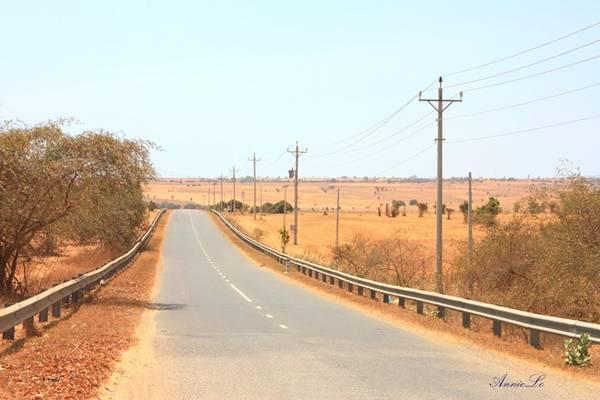 Từ quốc lộ 1A rẽ phải vào ngã 3 Lương Sơn, du khách sẽ đi vào miền cao nguyên Hòa Thắng.