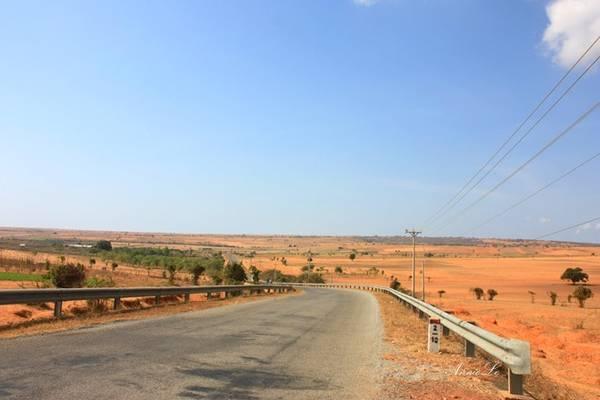 Con đường băng qua vùng đất bao la, như một tiểu hoang mạc, khô cằn mà đầy quyến rũ.