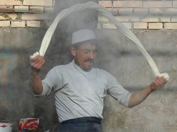 Tân Cương (Trung Quốc): Ẩm thực đường phố của Tân Cương chịu ảnh hưởng từ người Turk và Mông Cổ. Bạn nên thử mì orlaghman, món không chỉ có vị ngon hấp dẫn mà còn có cách chế biến như nghệ thuật trình diễn. Mì được xoắn, đập và kéo để có vị dai lý tưởng trước khi cho vào nước dùng, rau và thịt. Ảnh: Uncornered Market.
