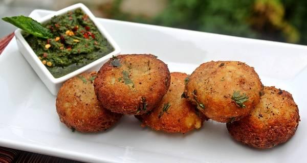 Ấn Độ: Bạn không nên bỏ qua cơ hội thưởng thức aloo tikki - món khoai tây cay, cũng như xem người bán chế biến món này. Tuy nhiên, khi khám phá ẩm thực đường phố của Ấn Độ, bạn nên chọn những món đã được nấu chín, bởi rau sống ở đây có thể không được rửa bằng nước sạch. Ảnh: Triphobo.