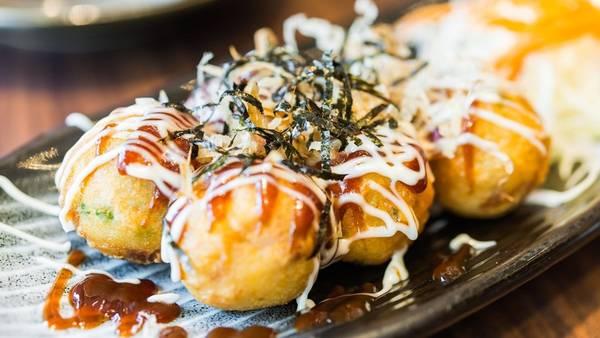 Nhật Bản: Takoyaki là món ăn vỉa hè được yêu thích, gồm các viên bạch tuộc nướng rưới sốt ngọt, rong biển và cá khô bào. Mùi thơm của takoyaki khiến du khách khó lòng từ chối. Ảnh: Eater.