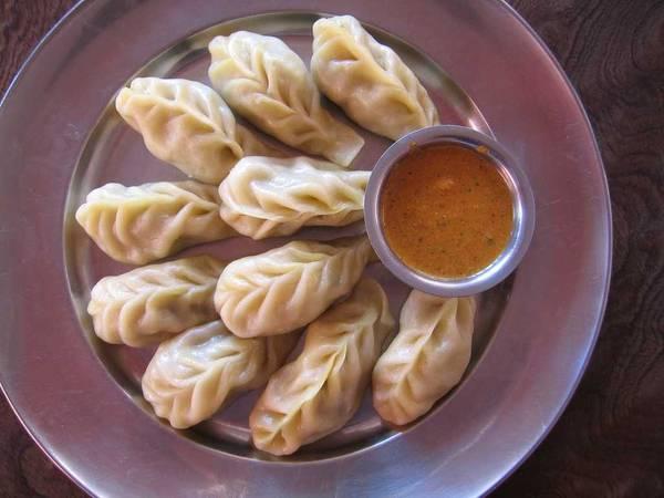 Nepal: Có cách chế biến tương tự như sủi cảo, món momo của người Nepal khiến ngay cả những du khách khó tính nhất cũng phải hài lòng. Mono có lớp vỏ mỏng và phần nhân thịt thơm ngon, được hấp hoặc rán chín, với hương vị đậm đà khiến bạn ăn mãi không chán. Ảnh: Holidify.