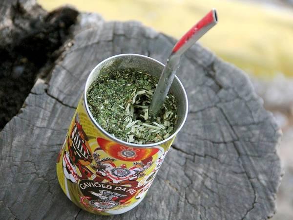 Paraguay: Khí hậu nóng ẩm của Paraguay khiến nhiều người thấy mệt mỏi. Chẳng còn gì tuyệt bằng việc thưởng thức một ly tereré mát lạnh làm từ cây yerba mate trong lúc chờ xe bus. Ảnh: Topmidianews.