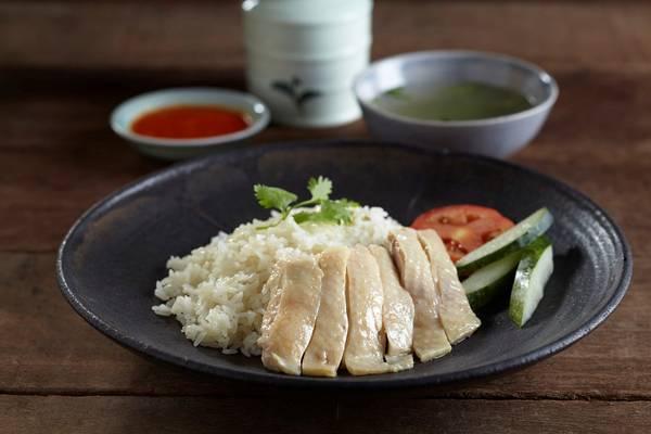 Singapore: Cơm gà là đặc sản bình dân của Singapore, với cách làm đơn giản nhưng hương vị rất ngon. Gà được luộc nhừ, chặt miếng, dọn ra cùng dưa chuột, rau thơm, sốt chấm, xì dầu, với cơm nấu bằng nước luộc gà và một bát canh nóng. Ảnh: Foodrepublic.