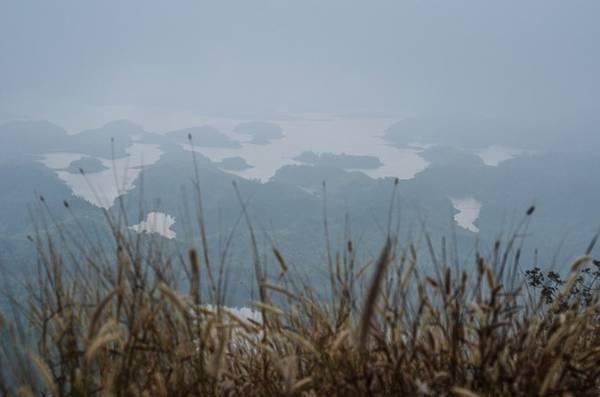 Vùng đất Tây Nguyên nổi tiếng với những đồi cà phê bát ngàn thường xuyên được bao phủ bởi sương mù dày đặc. Hồ Tà Đùng hiện ra mờ ảo trong màn sương khói bốc lên từ hồ, với hàng chục đảo lớn nhỏ phía trong lòng hồ được bao bọc giữa các dãy núi.