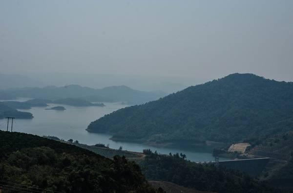 Đến giữa trưa, sương mù vẫn thấp thoáng quanh những ngọn núi. Hồ Tà Đùng thật ra là một hồ thủy điện Trị An 3. Từ góc này, bạn có thể thấy được đập thủy điện.