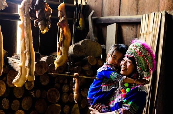 Đắk Nông là nơi sống của dân tộc H'Mông với những trang phục truyền thống hàng ngày đầy màu sắc, mang đến cho bạn một cái nhìn khác về một vùng đất đầy mới lạ. Họ nấu ăn bằng củi, và để lưu trữ lượng thức ăn chưa dùng hết, họ vẫn giữ được phương pháp truyền thống từ xa xưa là phơi lên gác bếp để tận dụng khói bếp và hơi nóng hun lên để có thể để lâu được. Khi xả thịt heo, họ chia làm nhiều phần nhỏ và treo lên gác bếp dùng dần dần.