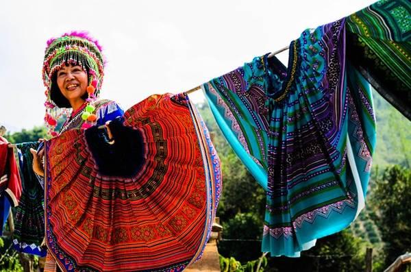 Những chiếc váy thổ cẩm đầy màu sắc được phơi trước cửa nhà người H'Mông. Những chiếc váy thêu đang bị thay thế dần bằng váy thun có in hoa văn thổ cẩm.