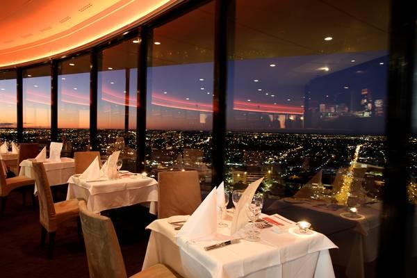 Nhà hàng Maple leaf hotel & Apartment nằm ở tầng 11 khách sạn, tại đây quý khách có thể ngắm toàn cảnh thành phố Nha Trang. Ảnh: iVIVU.com