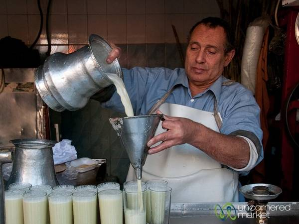 Ai Cập: Nước mía là một trong những thứ uống phổ biến nhất ở thủ đô của Ai Cập. Chẳng còn gì tuyệt bằng được thưởng thức một cốc mát lạnh và ngọt ngào giữa cái nóng của đường phố Cairo. Ảnh: Uncornered Market.