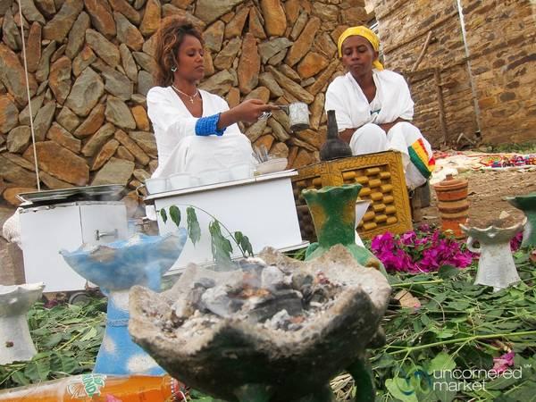 Ethiopia: Một tiệc cà phê theo kiểu truyền thống của người Ethiopia thường tốn ít nhất 20 phút từ lúc chuẩn bị tới lúc có được cốc đầu tiên, nhưng rất đáng để bạn chờ đợi. Ảnh: Uncornered Market.