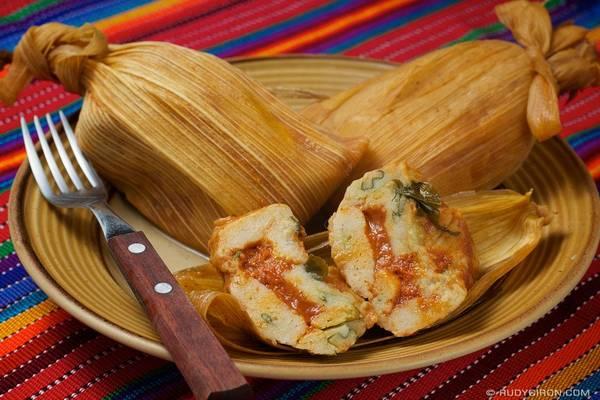 Guatemala: Món chuchito gồm thịt và rau được nhồi trong vỏ bánh từ bột ngô, thêm sốt bơ guacamole, salsa và bắp cải. Ảnh: Rudybiron.