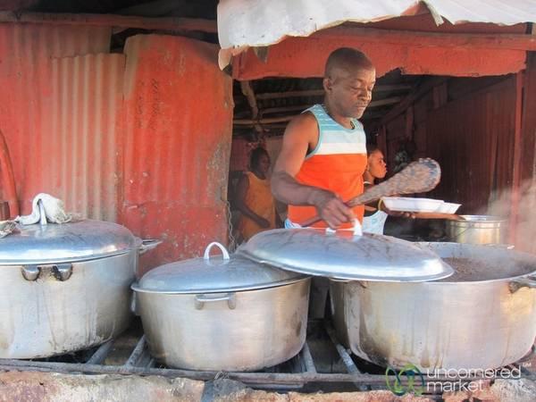 Haiti: Ẩm thực đường phố của Haiti có khá nhiều món rán, như các loại thịt, khoai tây... Tuy nhiên, nếu bạn muốn có một bữa ăn no bụng mà không tốn quá nhiều tiền, hãy thử món mayi moulen kole ak legim gồm bột ngô, đậu và các loại rau hầm nhừ. Ảnh: Uncornered Market.