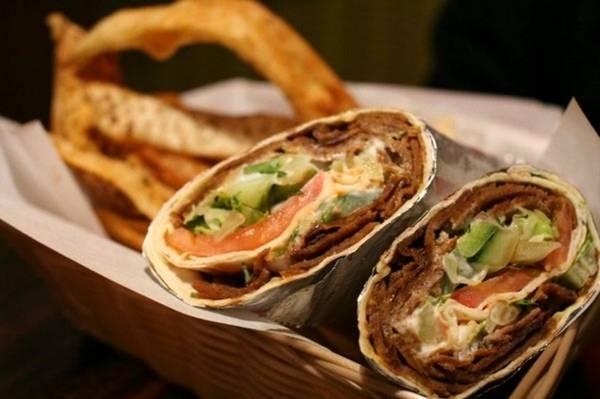 Armenia: Thịt nướng kebab không phải món ăn đặc hữu của Armenia. Tuy nhiên, du khách có thể dễ dàng tìm thấy các quầy trên phố bán thịt nướng được cuốn cùng rau củ trong bánh mì dẹt, vừa ngon, vừa rẻ. Ảnh: Liawrites/Wordpress.