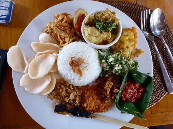 Indonesia: Đến Bali, du khách không thể bỏ qua món nasi campur, gồm gạo ăn cùng các thức mặn. Mỗi hàng có các loại đồ ăn kèm khác nhau cho bạn lựa chọn, từ rau xào, lạc rang, cà ri, tới gà nướng, đậu phụ... Ảnh: Meowsyy.
