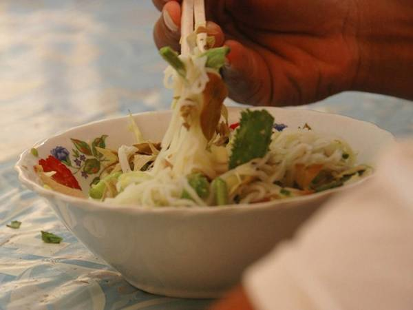 Campuchia: Mì gạo num banh chok là món ăn sáng tuyệt vời mà hợp túi tiền. Sợi mì gạo trắng mềm được chan nước cà ri cá màu vàng, hoa chuối thái mỏng, dưa chuột, bắp cải... thêm chút xì dầu ngọt. Bạn có thể ăn num banh chok cùng rau thơm và đậu đũa. Ảnh: Uncornered Market.