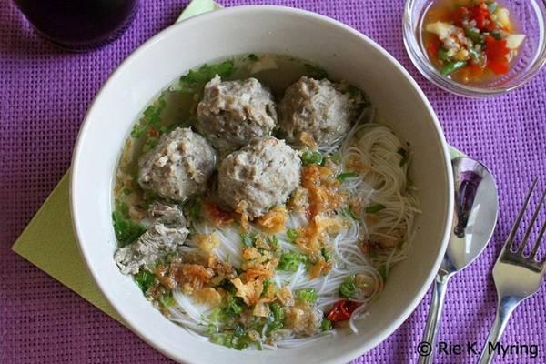 Bakso: Món súp thịt viên này từng được Tổng thống Mỹ Barack Obama khen ngợi trong chuyến thăm Jakarta. Bakso có nhiều cách chế biến: thịt viên to bằng quả bóng golf hoặc hơn, được làm từ thịt gà, thịt bò, cá, hoặc hỗn hợp, chan nước dùng thơm phức. Món này được bán ở các xe hàng rong, ăn kèm hẹ tây, trứng luộc và hoành thánh. Ảnh: Riesjourney/Blogspot.-3