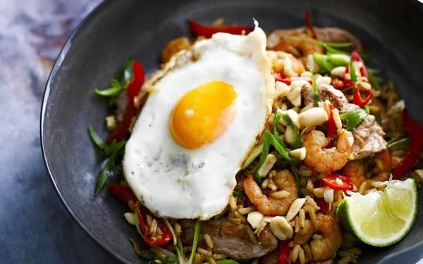 Nasi goreng: Được coi là món quốc thực của Indonesia, nasi goreng gồm cơm rang rưới một loại xì dầu đặc và ngọt, thêm dưa góp, trứng ốp và rau thơm. Ảnh: Foodtolove.