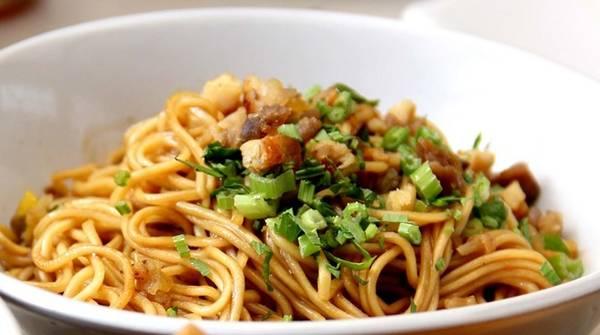 Bakmi goreng: Mì là món ăn phổ biến ở Indonesia. Sợi mì bakmi mỏng, được xào với trứng, thịt và rau. Mỗi hàng lại có công thức gia vị riêng vô cùng hấp dẫn. Ảnh: Potsoup/Wordpress.