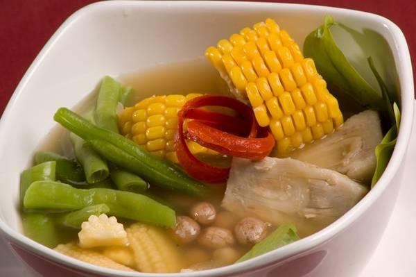 Sayur asem: Món canh me trong và thanh này thường được ăn kèm đồ rán, do chứa nhiều loại rau và các nguyên liệu đặc trưng của Indonesia như melinjo (rau bép), bilimbi (chua me đất) và su su. Ảnh: Kulinerenak.