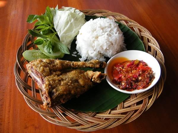 Bebek goreng: Vịt là loại gia cầm phổ biến ở Indonesia, tuy nhiên các món ăn từ vịt có cách chế biến khá cầu kỳ. Vị được rán giòn, ăn cùng cơm. Ảnh: Sethlui.