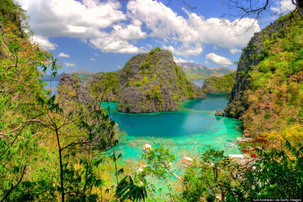 Palawan nổi tiếng với địa hình, địa chất đa dạng. Những hòn đảo với các vách đá dựng đứng, các hang động kì bí, thạch nhũ lởm chởm, các khu rừng rậm và sương mù bao phủ dãy núi. Ảnh: huffingtonpost