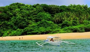 Thị trấn Puerto Galera: Puerto Galera là một thị trấn ven biển nổi tiếng ở tỉnh Mindoro, thu hút lượng người ghé thăm khi đi du lịch Philippines rất đông nhờ vào bầu không khí mát mẻ, trong lành. Hàng loạt nhà hàng, khách sạn, khu nghỉ dưỡng nằm rải rác ở khắp nơi. Và hoạt động được khách du lịch yêu thích nhất là lặn biển. Thị trấn này có hơn 40 điểm lặn phù hợp cho mọi trình độ, từ người mới bắt đầu tập cho đến thợ lặn chuyên nghiệp cũng như tập hợp vô số loài cá sặc sỡ, những rạn san hô ấn tượng. Bên cạnh đó, du khách còn được chiêm ngưỡng cảnh hoàng hôn lãng mạn trên bờ biển khi chiều buông xuống.