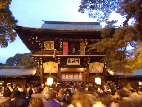 PNhật Bản: Năm mới ở Nhật Bản diễn ra trong 3 ngày đầu của tháng giêng. Đây được coi là ngày lễ quan trọng nhất trong năm, gọi là Shogatsu. Vào dịp này, người Nhật thường về quây quần với gia đình. Các cơ quan, trường học đóng cửa từ 1-2 tuần. Trong khi đó, các cửa hàng có truyền thống fukubukuro bán những túi may mắn với mức giá rất hấp dẫn. Ảnh: kazujapan.