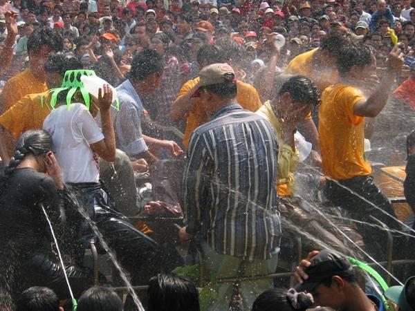 <strong>Myanmar:</strong> Lễ Thingyan của Myanmar cũng giống như các lễ hội khác ở các nước theo đạo Phật tại Đông Nam Á. Trong lễ hội, người dân đứng trên các sân khấu được dựng bằng tre trên các đường phố và té nước vào người qua đường. Ảnh: jeamwong.