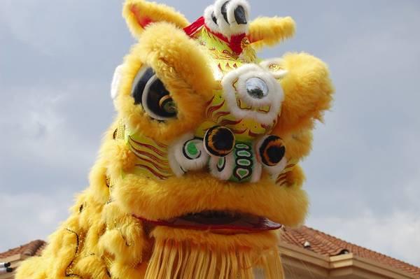 """Trung Quốc: Còn được biết đến với tên gọi """"lễ hội mùa xuân"""", năm mới ở Trung Quốc bắt đầu từ ngày đầu tiên theo lịch âm với các hoạt động như múa rồng, múa sư tử và đốt pháo. Nhà cửa, đường phố và các tòa nhà được trang hoàng bằng màu đỏ rực rỡ. Ảnh: fra-NCIS."""