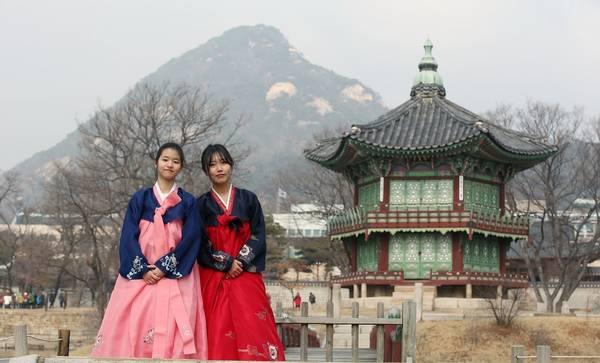 Hàn Quốc: Tết Seollal của Hàn Quốc rơi vào ngày đầu tiên của năm mới theo lịch âm. Người dân có 3 ngày nghỉ lễ để về quê với gia đình. Người ta thường đến các cung điện hoàng gia và các làng nghề truyền thống vào dịp này. Ảnh: Korea.net.